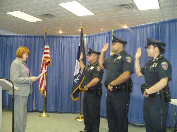 Representante local lendo o texto e os 3 oficiais em posição de juramento