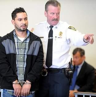 Frederico Santos é levado a Corte Distrital de Marlborough na segunda-feira (foto: Daily News Staff/Art Illman)