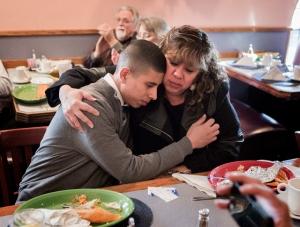 Mãe abraça o filho após ter a deportação cancelada