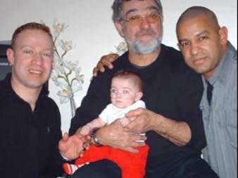 Roberto (in memorian) cercado pelos filhos Juliano (e) e Rodrigo Almeida