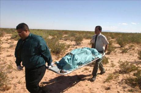 Agentes carregam corpo de imigrante encontrado no deserto do Arizona