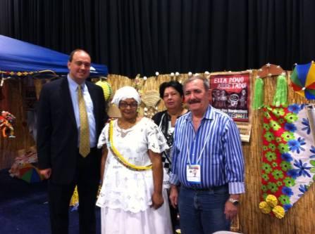 O casal João e Dulce Arruda (d) com o senador Jamie Eldridge e a empresária Mainha, uma representante da cultura baiana