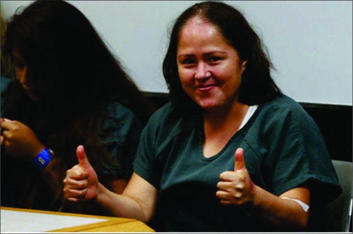 Em audiência que a acusou de assassinar os filho e o marido, mulher acena e sorri para as câmeras